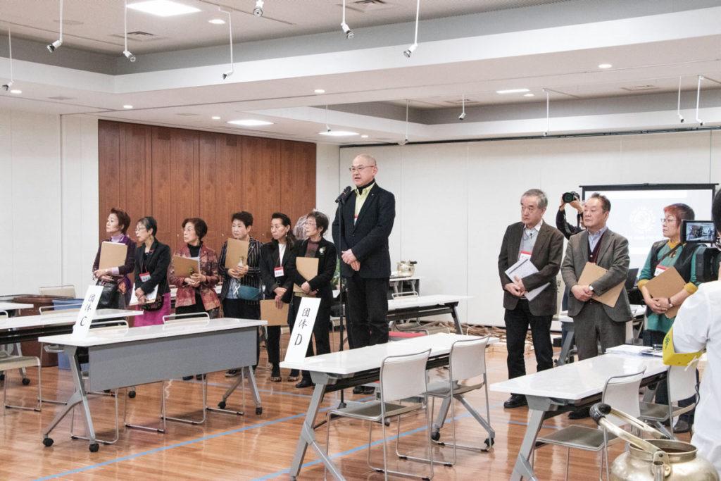 開会式で挨拶に立つ華洲家元