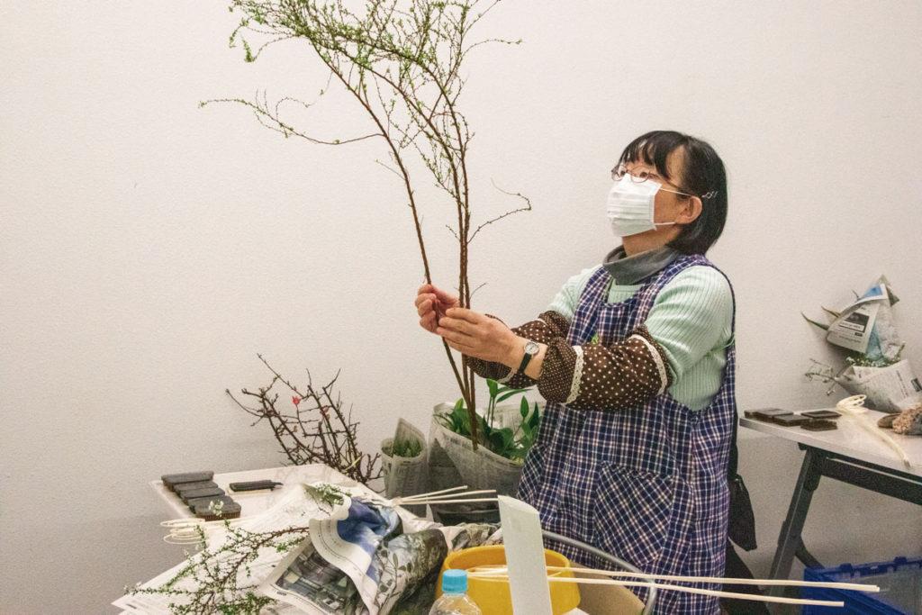 自由花作品に使う花材を見立てる鈴木さん