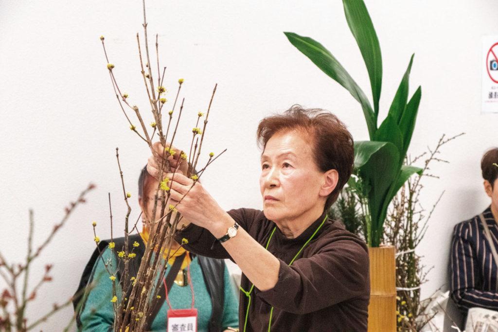 生花に取り組む寺澤さん