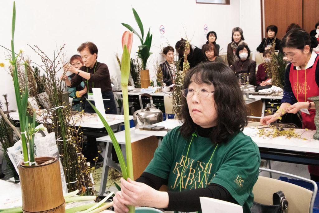 アマリリスの生花をいける長谷川さん