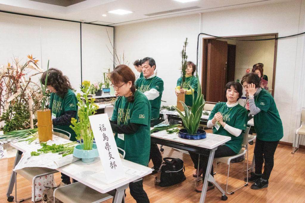 生花を制作する福島県支部